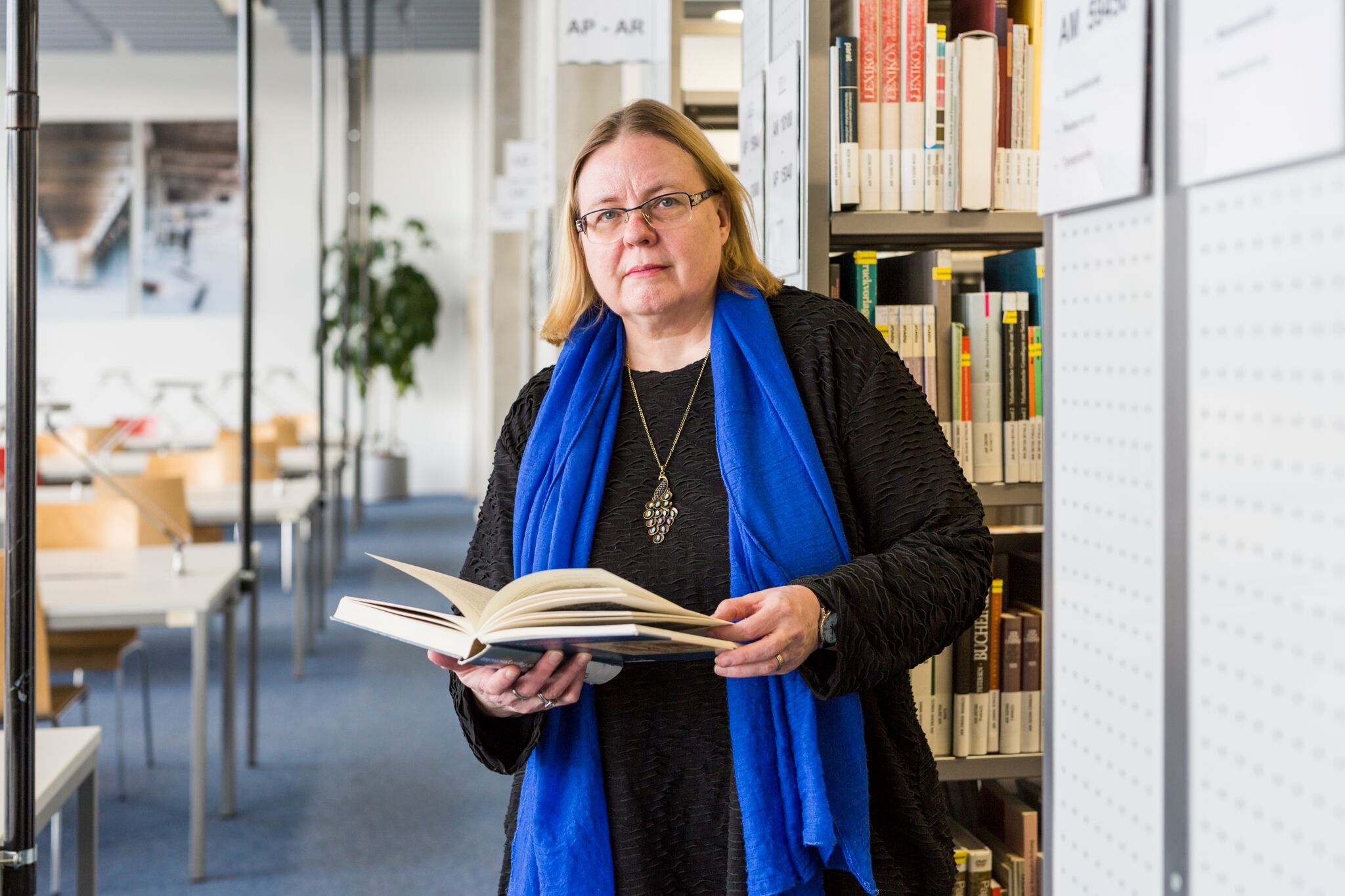 Debora Weber-Wulff in the library with book